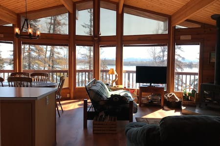 Lakefront Beauty. 2 bdr cedar home on Wasilla Lake