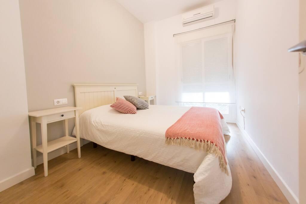 Dormitorio principal com cama de matrimonio de 150cm.