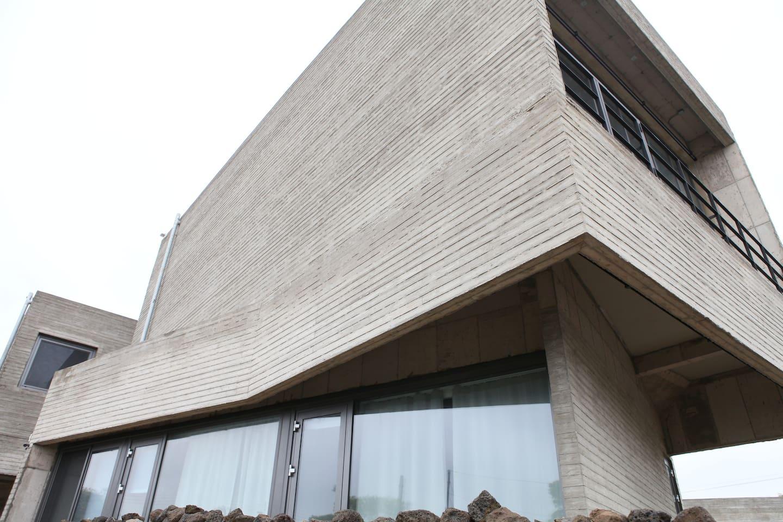 1층은 복층형 객실이며 2층은 전시와 공연을 즐길 수 있는 복합 문화공간 Gallery Art Doo 입니다.