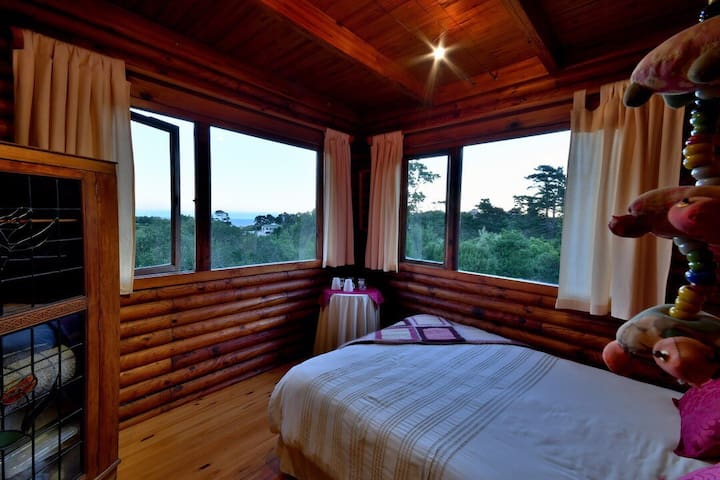 Private room in log cabin!!