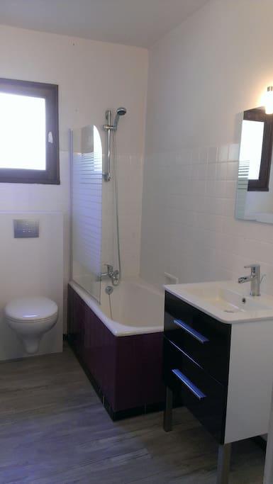 salle de bain avec baigneoire
