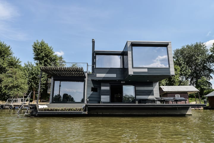 WTF lounge with SAUNA and POOL on river Sava
