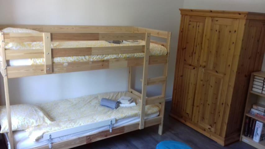 Chambre 2 : lits superposés et grande armoire