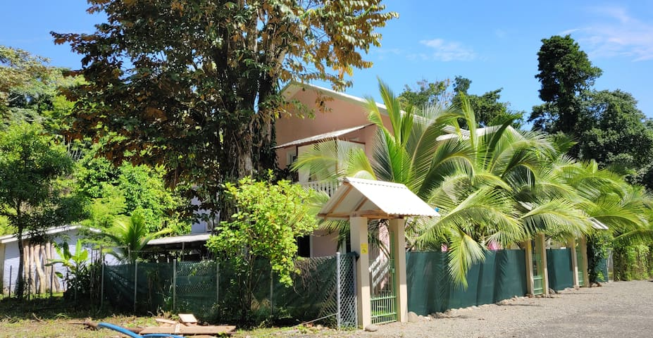 Loft for Two just 5 Minutes from Beach, WIFI & A/C