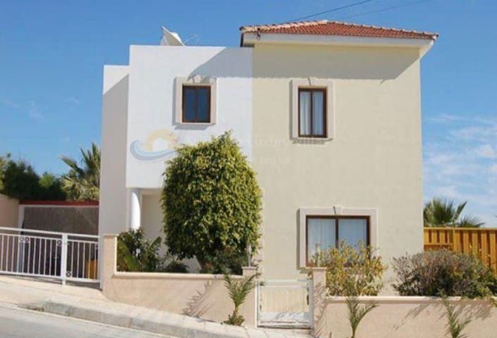 Beautiful villa 5 mins from the airport.