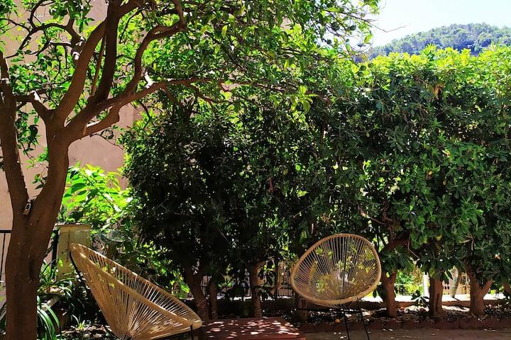 Ampia casa con piacevole giardino in centro a Noli
