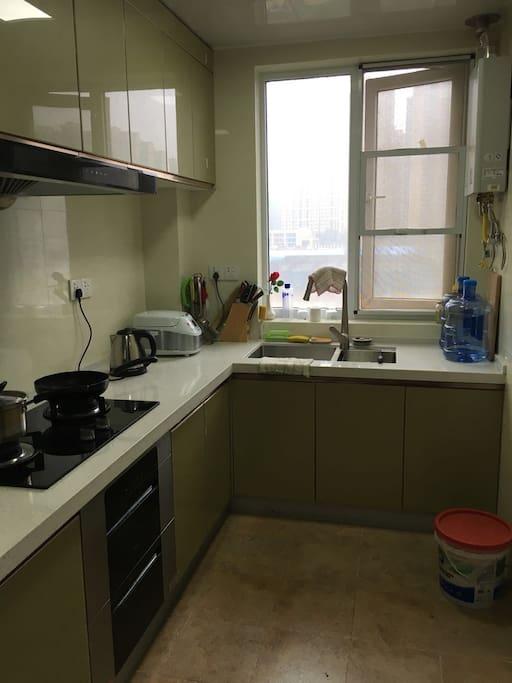 厨房用具齐全,烤箱、消毒柜、双开门冰箱。