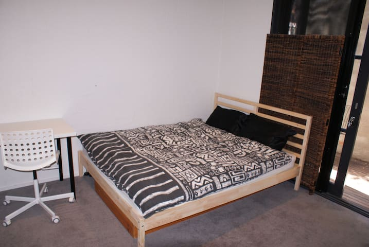 Large Bedroom with private bathroom and courtyard - Richmond - Dům