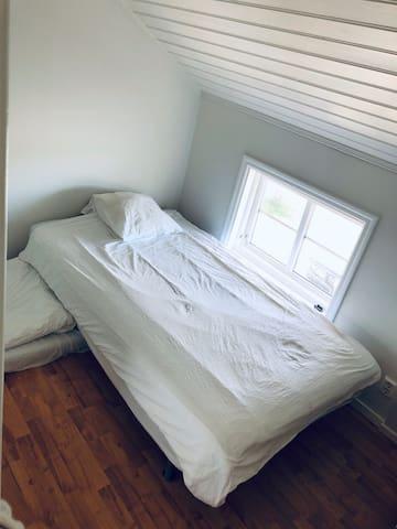 Lilla sovrummet. 1 av 2 sovrum.  110 cm säng och golvmadrass
