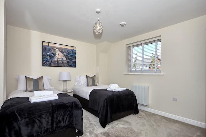 Central Hampton & Free Parking & Modern Apartment