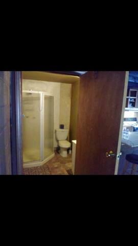 quiet studio apt nt a basement minutes frm dwntown
