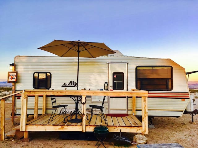 """The Rusty Outlaw""  near Joshua Tree National Park - Twentynine Palms - Campingvogn"