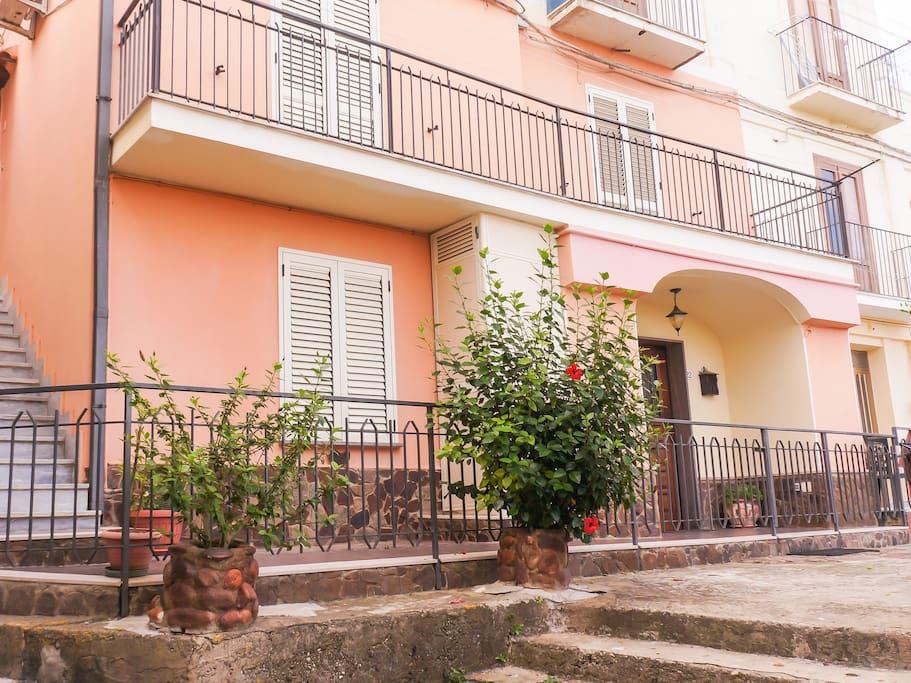 Frontend of house / Entrata alla casa