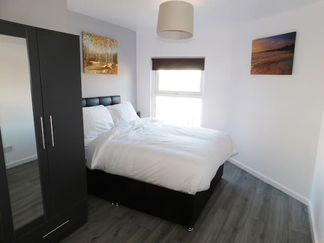 Spacious 2 Bedroom Apartment with Free Parking