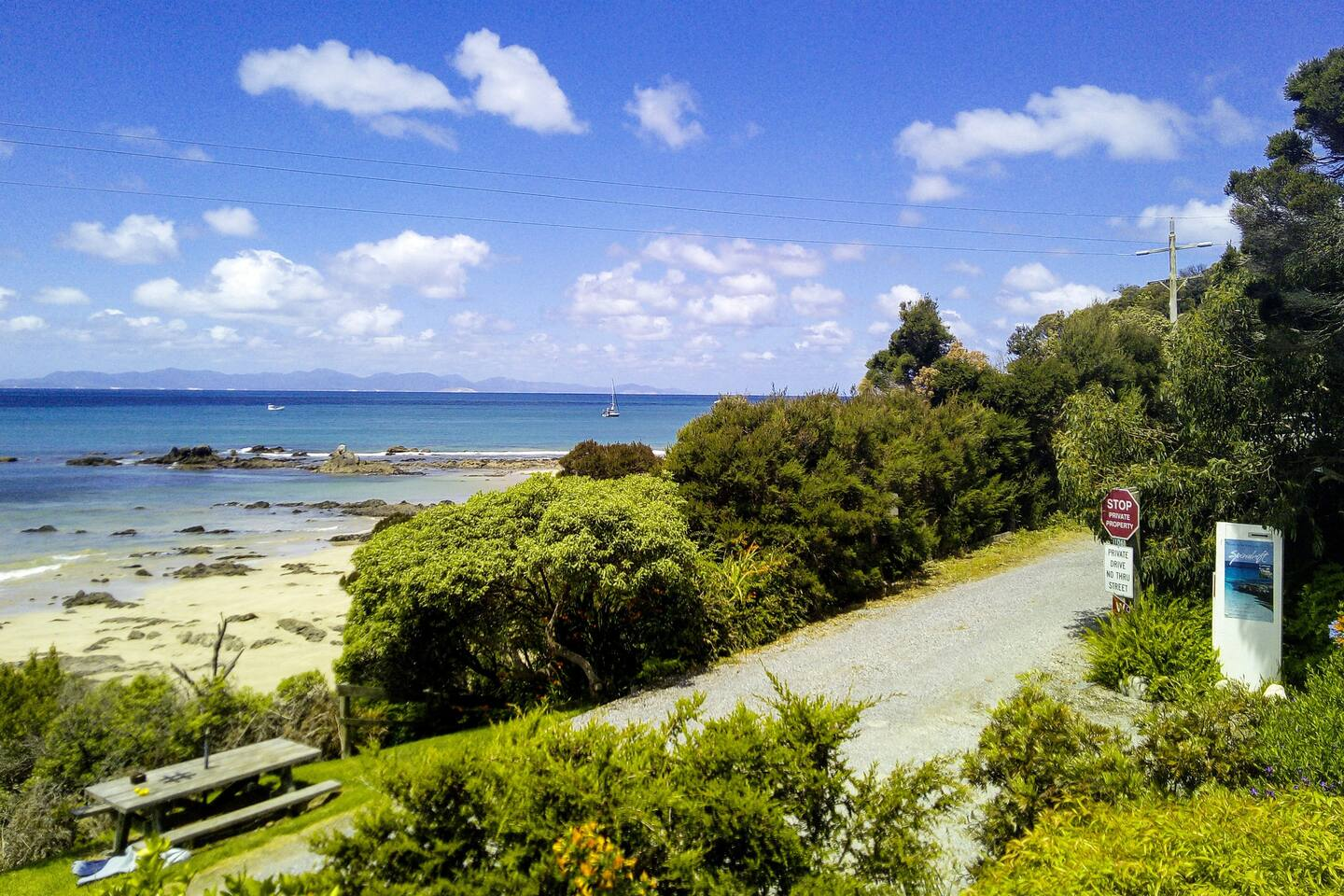 Spindrift Cottage has beach access to Waratah Bay