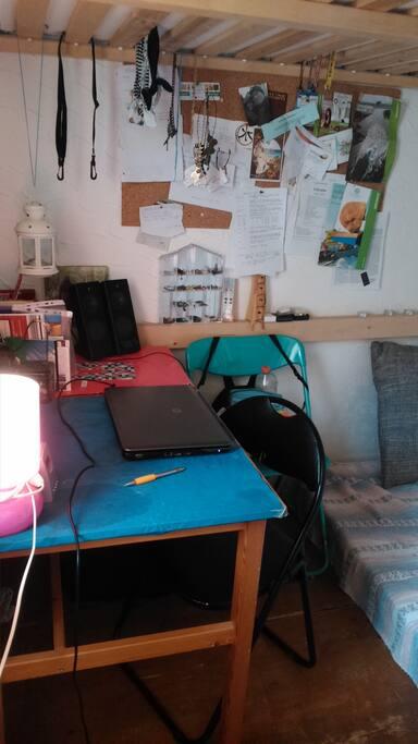 Blick ins Zimmer mit Schreibtisch