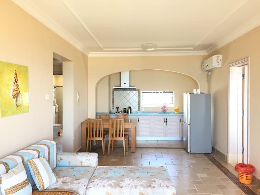 南北通透开放式厨房与客厅