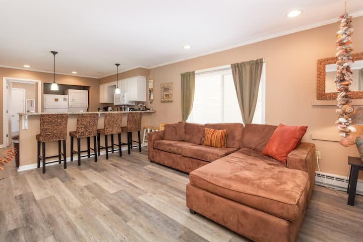 Beautiful upscale condo just steps away from the beach w/great outdoor lounge!
