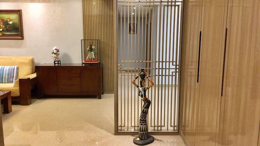 170平米的三室两厅双阳台双卫一厨恒伟西雅韵公馆901豪华民宿入户玄关艺术雕塑迎客