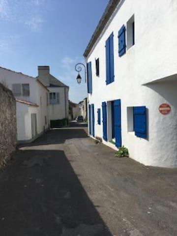 Au pied du port et du chateau...