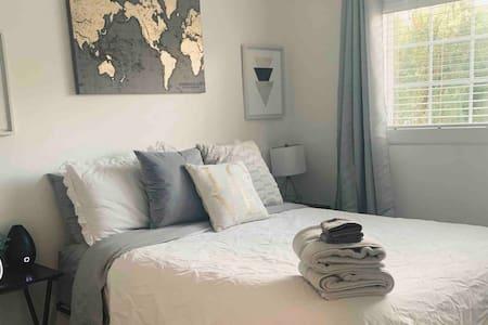 Clean & cozy queen room w/free bottle of wine