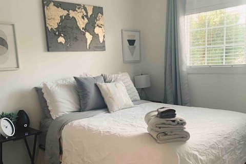 Clean & cozy queen room w/free bottle of wine
