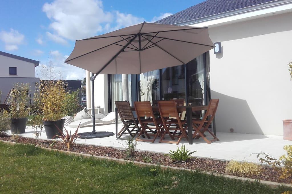 Terrasse exposée SUD avec salon de jardin