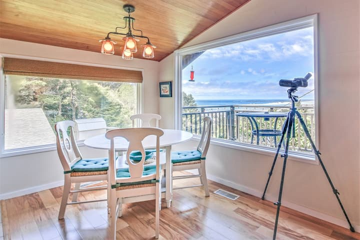 Charming, Updated Cottage Close to Newport's Attractions has Great Deck View!