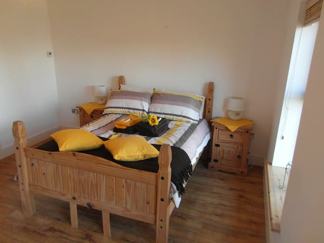 2 no. ensuite Rooms at IDYLLIC LAKE FRONTED house - Ballyshannon - House