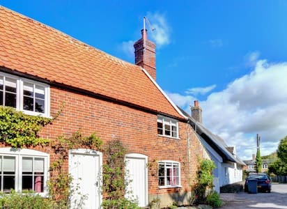 Anchor cottage sleeps 6, in the heart of Orford