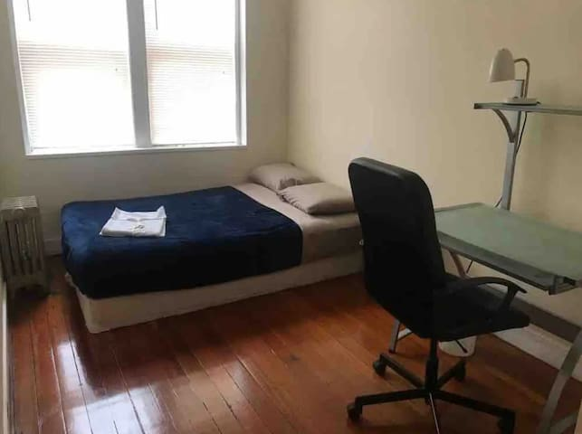 Private room in the heart of Backbay. Top location