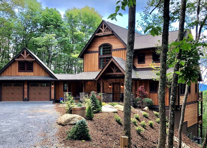 EAGLES NEST Walk to Great Camp*EV CHARGER*Pool Table*Hot Tub