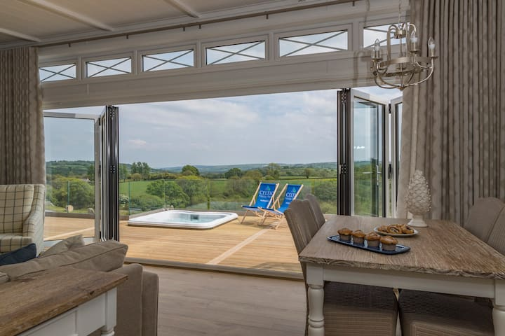 Luxury Holiday Lodge with hot tub near Tenby