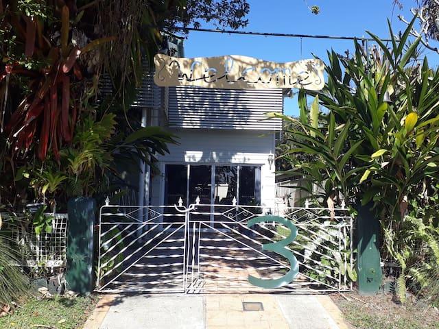 Queenslander Style Home with Free Breakfast