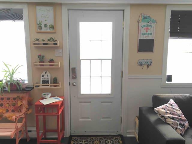 Lorsque vous entrez dans la maison, vous êtes directement entre le salon et la salle à manger. / When you enter the house, you are directly between the living room and the dining room.