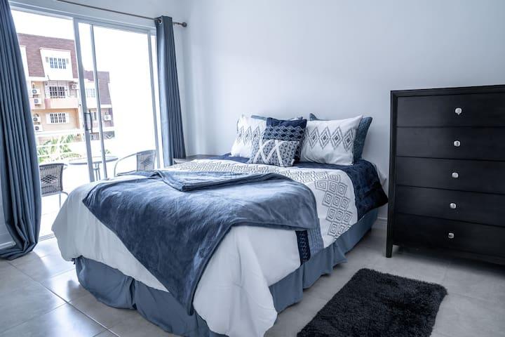 """""""King's Landing"""" Deluxe Apartment in New Kingston"""