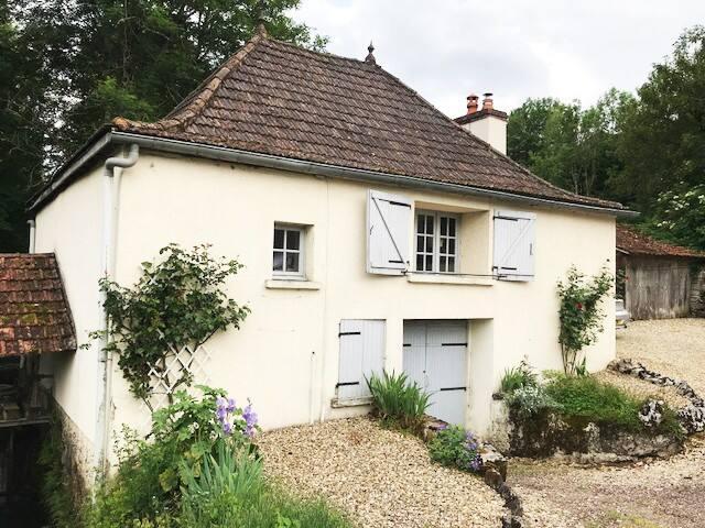 Le Petit Moulin, Lusigny-sur-Ouche, sleeps 4