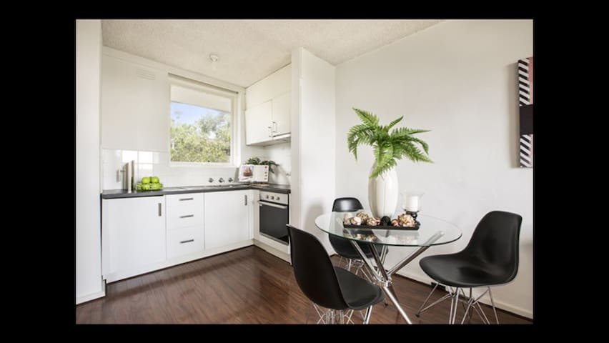 So close to the village & railway station - South Yarra - Leilighet