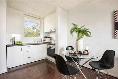 So close to the village & railway station - South Yarra - Byt