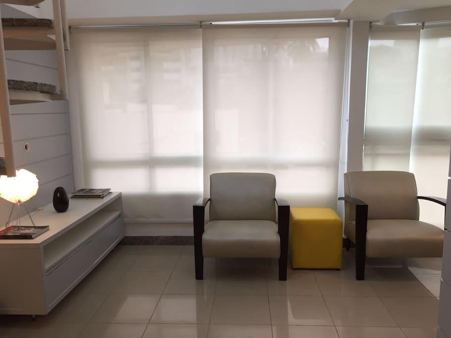 Sala com sofá de duas cadeiras