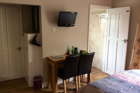 Longacre Double bedroom with private courtyard - Freshford - Bed & Breakfast