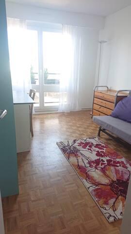 Chambre lumineuse avec balcon privé
