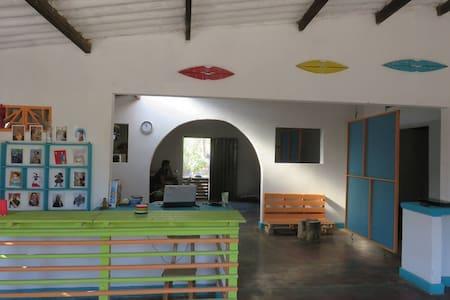Casa típica, hab compartidas a 300 mts del mar - 圣玛尔塔