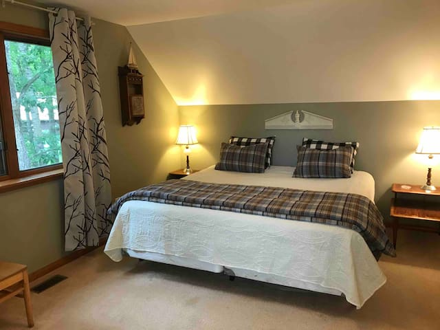 Bedroom 2, 1 King Bed + 1 Twin Bed, 2nd Floor