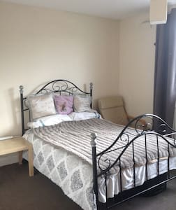 Quiet room between city centre and airport. - Manchester - Casa