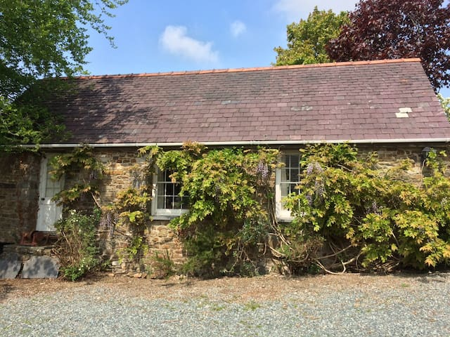 Middlelands Cottage, Cresselly, Pembrokeshire - Cresselly - House