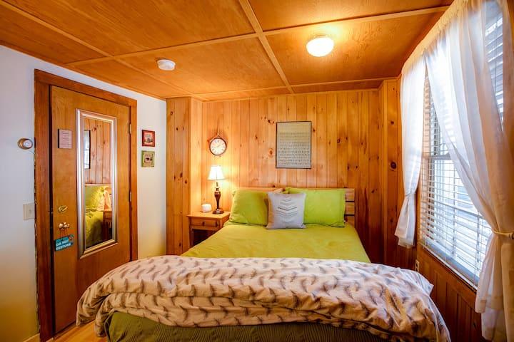 Linden Room with Queen Bed, Bath, Breakfast-Stowe