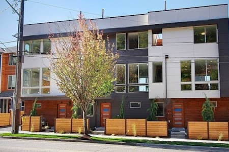 Townhouse near DT Seattle w/ Rooftop Deck & View