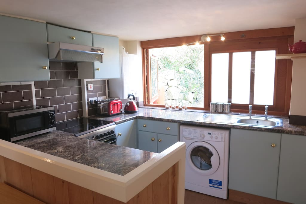 Kitchen with electric oven, microwave, toaster, kettle, fridge-freezer and washing machine/dryer