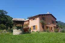 vue d'ensemble de la villa avec les chambres à louer au rez de chaussée